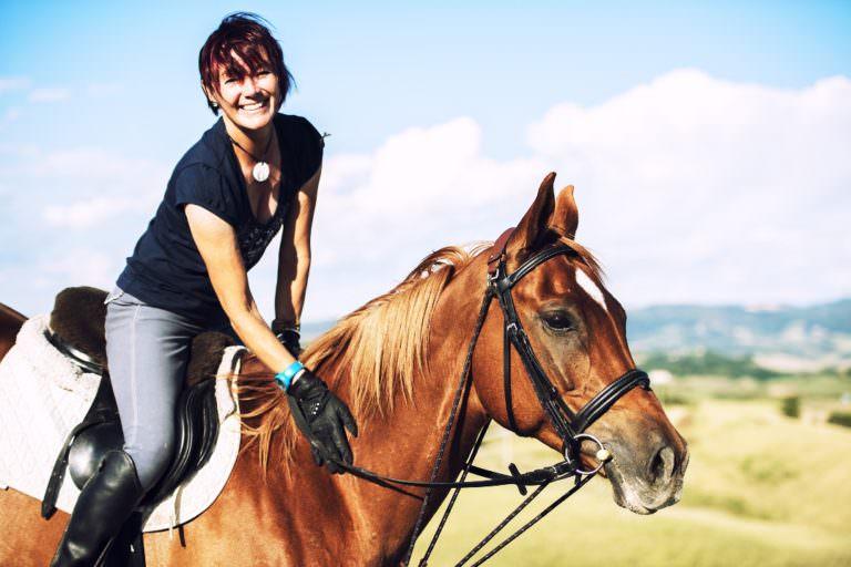 Istruttrice di equitazione in agriturismo