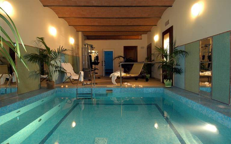 Piscina interna in boutique hotel toscano