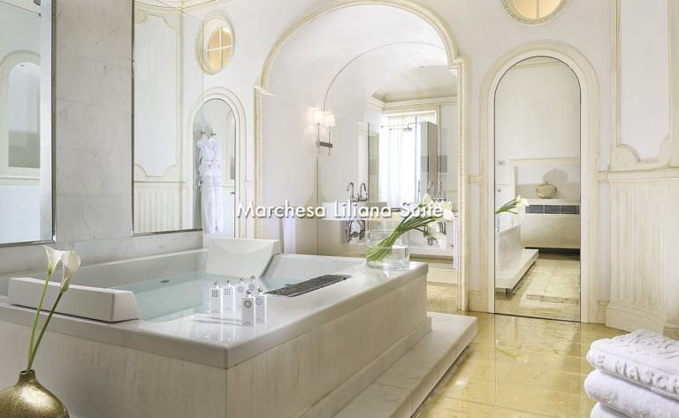 Bagni imperiali di una suite in Toscana