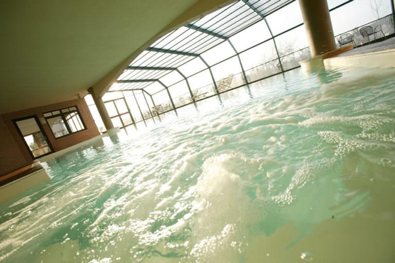 Vasca idromassaggio e piscina coperta in hotel di campagna toscano