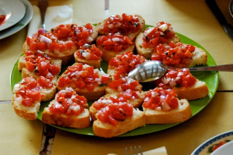 Pomodori freschissimi e olio extra vergine solamente