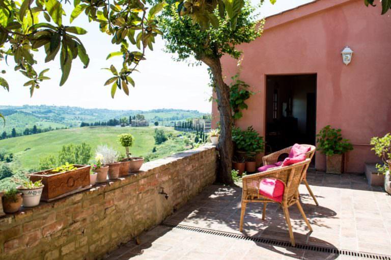 Grande open space con giardino e terrazza in centro storico toscano